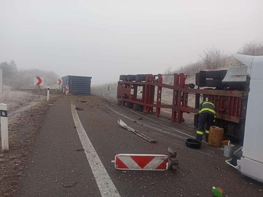 FOTO: Pri Tvrdošíne sa prevrátil kamión s nákladom, cesta je prejazdná s obmedzením, foto 2