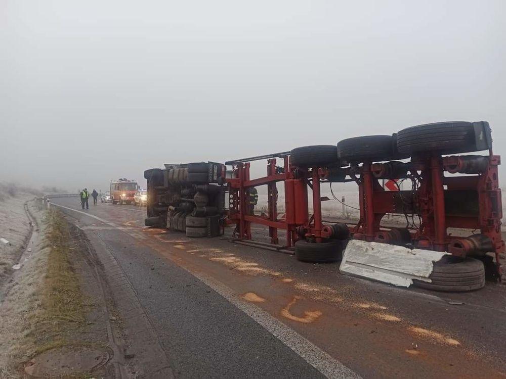 FOTO: Pri Tvrdošíne sa prevrátil kamión s nákladom, cesta je prejazdná s obmedzením, foto 4