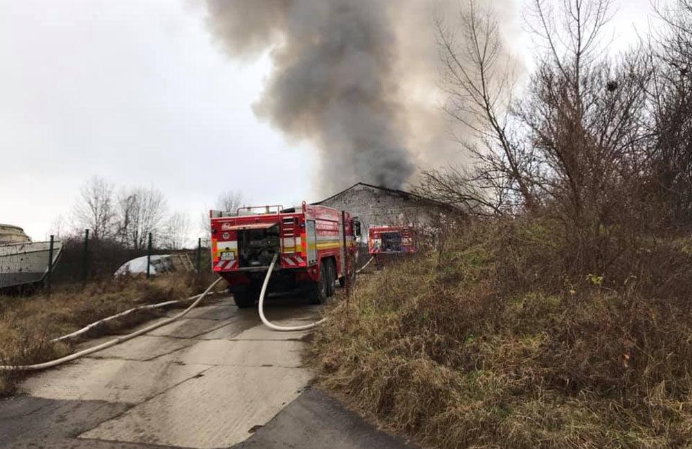FOTO: Dnes dopoludnia došlo k požiaru haly v obci Rosina, hustý dym bolo vidieť z celého mesta, foto 2