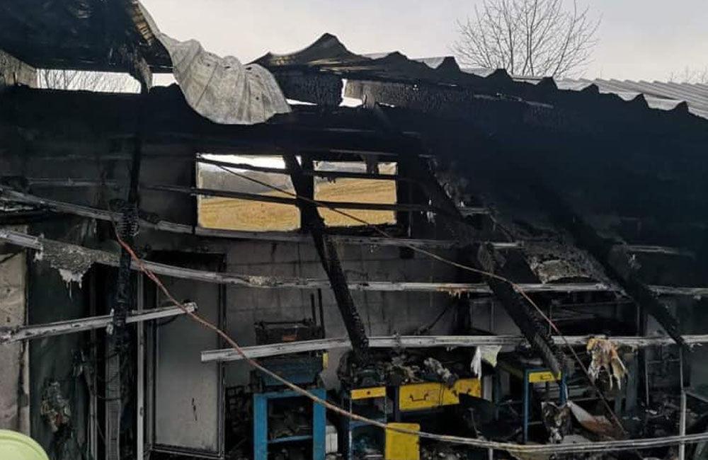 FOTO: Dnes dopoludnia došlo k požiaru haly v obci Rosina, hustý dym bolo vidieť z celého mesta, foto 13