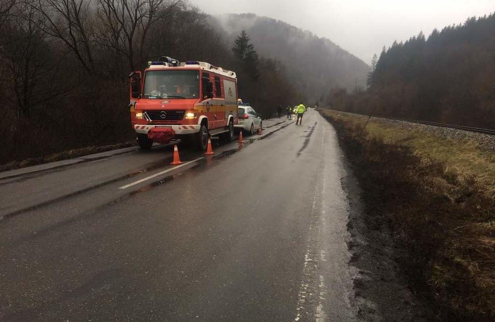 FOTO: Za obcou Párnica sa prevrátil kamión, dopravu usmerňuje polícia, foto 1