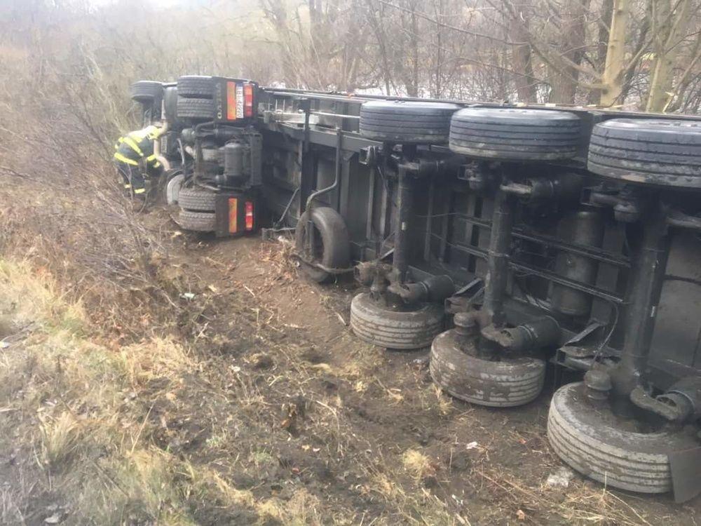 FOTO: Za obcou Párnica sa prevrátil kamión, dopravu usmerňuje polícia, foto 2