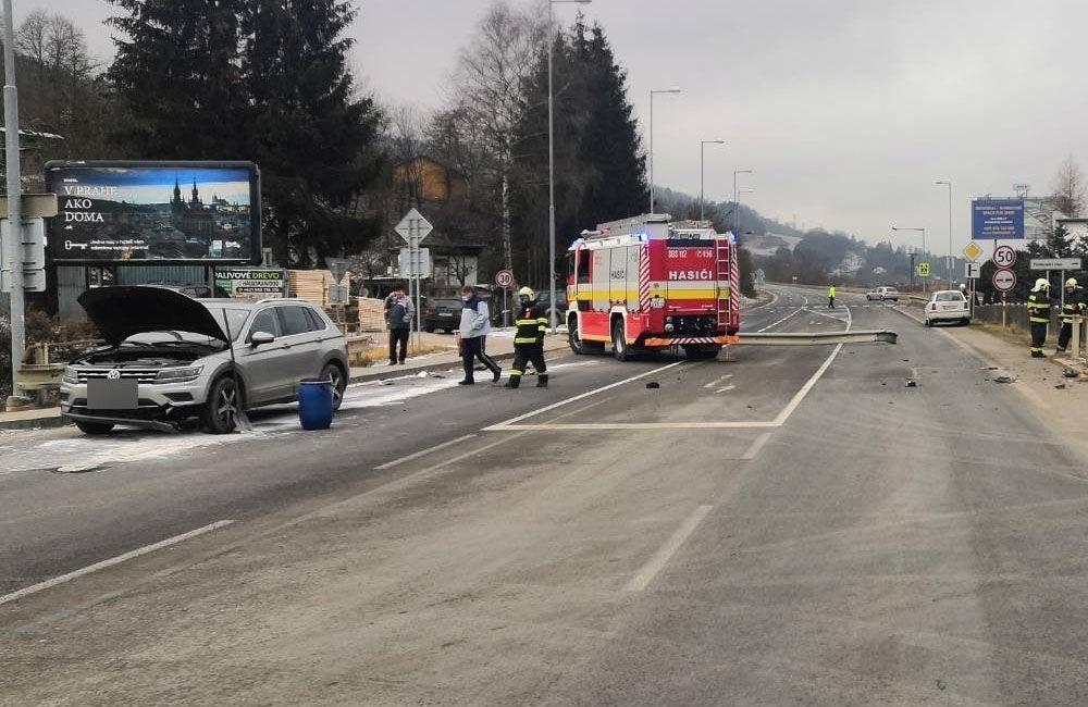 FOTO: V obci Dolný Hričov došlo k nehode troch áut, jedno skončilo na streche, foto 1