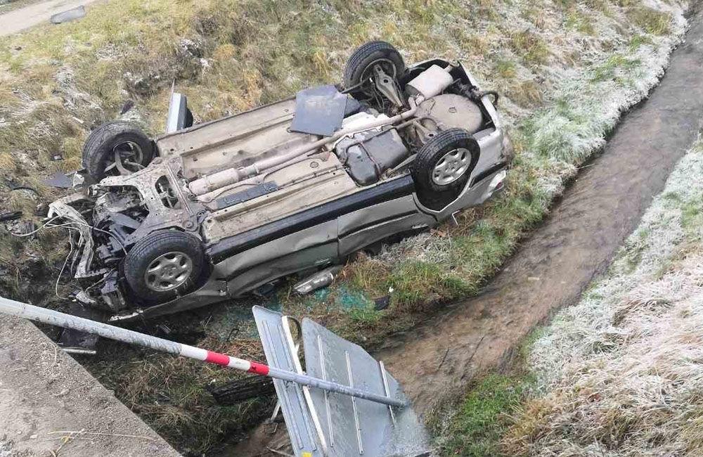 FOTO: V obci Dolný Hričov došlo k nehode troch áut, jedno skončilo na streche, foto 3