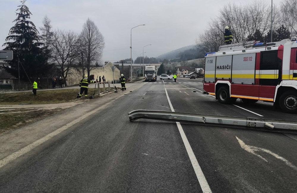 FOTO: V obci Dolný Hričov došlo k nehode troch áut, jedno skončilo na streche, foto 4