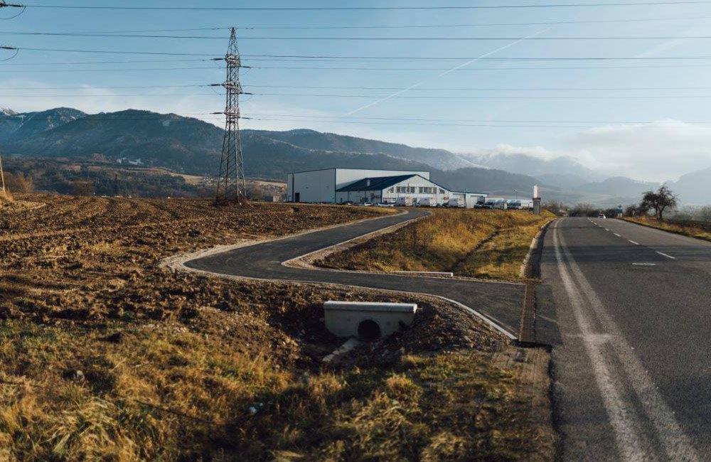 FOTO: Práce na výstavbe novej cyklotrasy pokračujú aj cez zimu, aktuálne budujú most v obci Belá, foto 3
