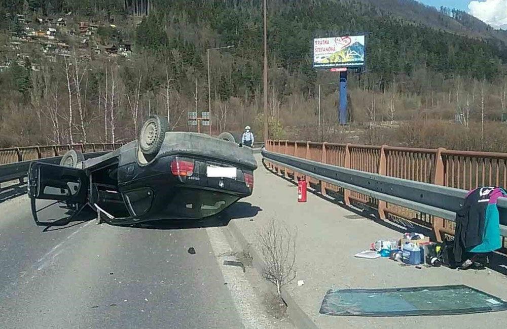 FOTO: Na zjazde do Tepličky nad Váhom sa prevrátilo osobné auto, cestu museli uzavrieť, foto 1