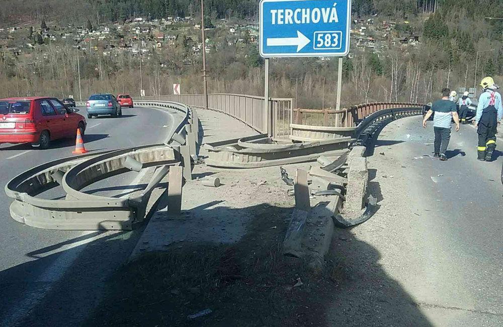 FOTO: Na zjazde do Tepličky nad Váhom sa prevrátilo osobné auto, cestu museli uzavrieť, foto 3