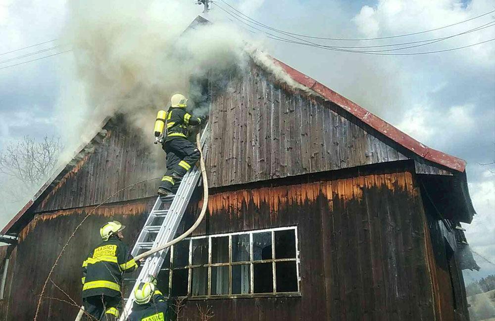 FOTO: Pri požiari humna vo Vychylovke zasahuje 30 hasičov, oheň sa rozšíril aj na vedľajší dom, foto 2