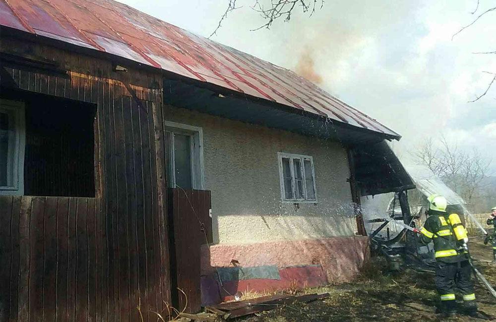 FOTO: Pri požiari humna vo Vychylovke zasahuje 30 hasičov, oheň sa rozšíril aj na vedľajší dom, foto 3
