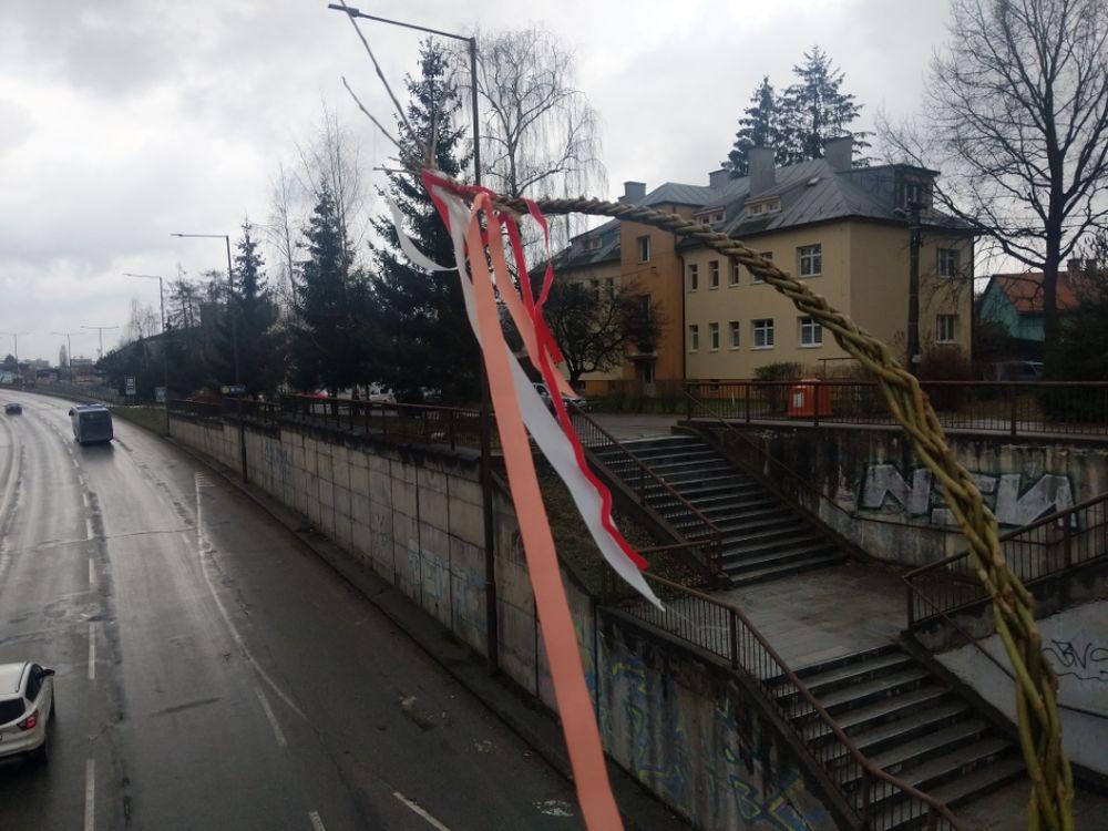 FOTO: Veľkonočné korbáče na mostoch v Žiline sa pomaly plnia stužkami, foto 2