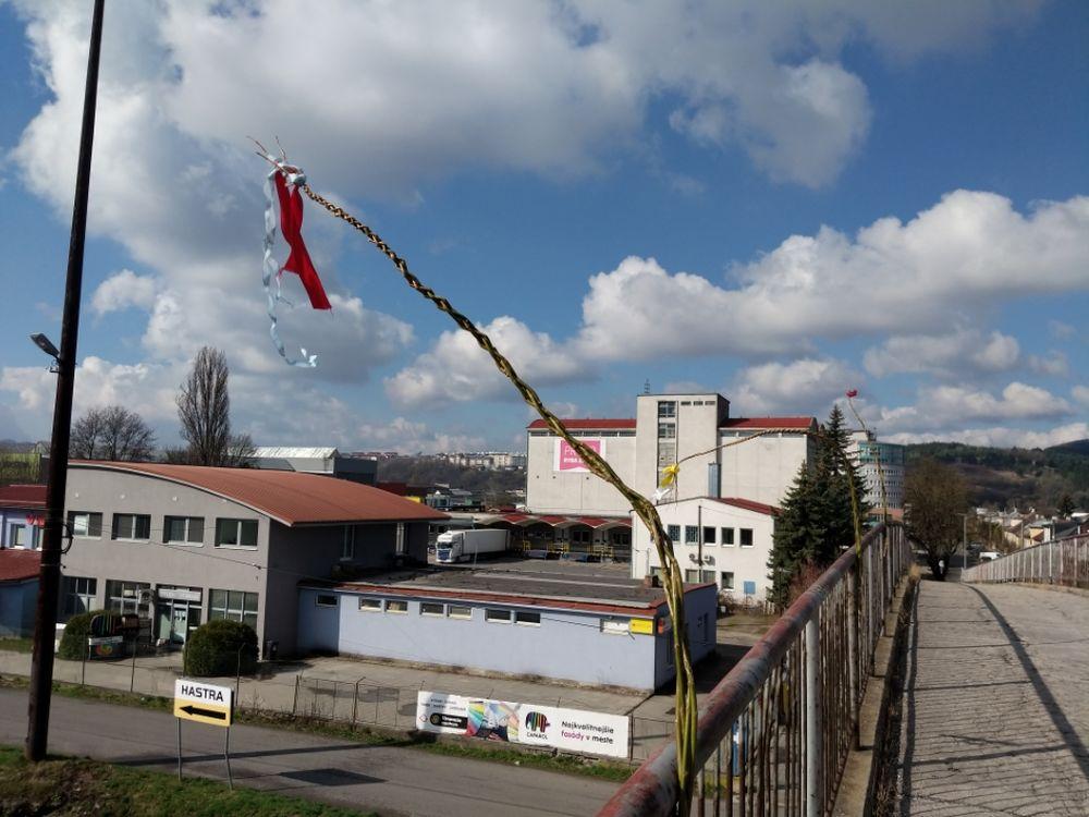 FOTO: Veľkonočné korbáče na mostoch v Žiline sa pomaly plnia stužkami, foto 3