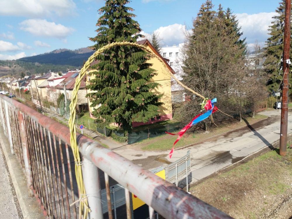 FOTO: Veľkonočné korbáče na mostoch v Žiline sa pomaly plnia stužkami, foto 4