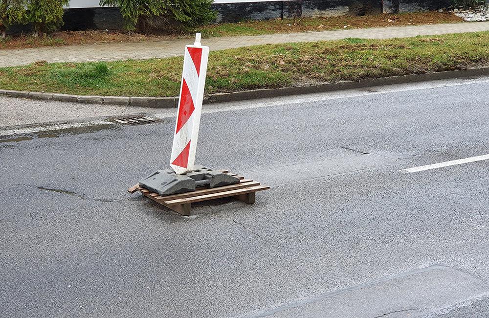 FOTO: Na cestách v Žiline pribúdajú prepadnuté kanalizačné poklopy, pri náraze hrozí poškodenie auta, foto 2
