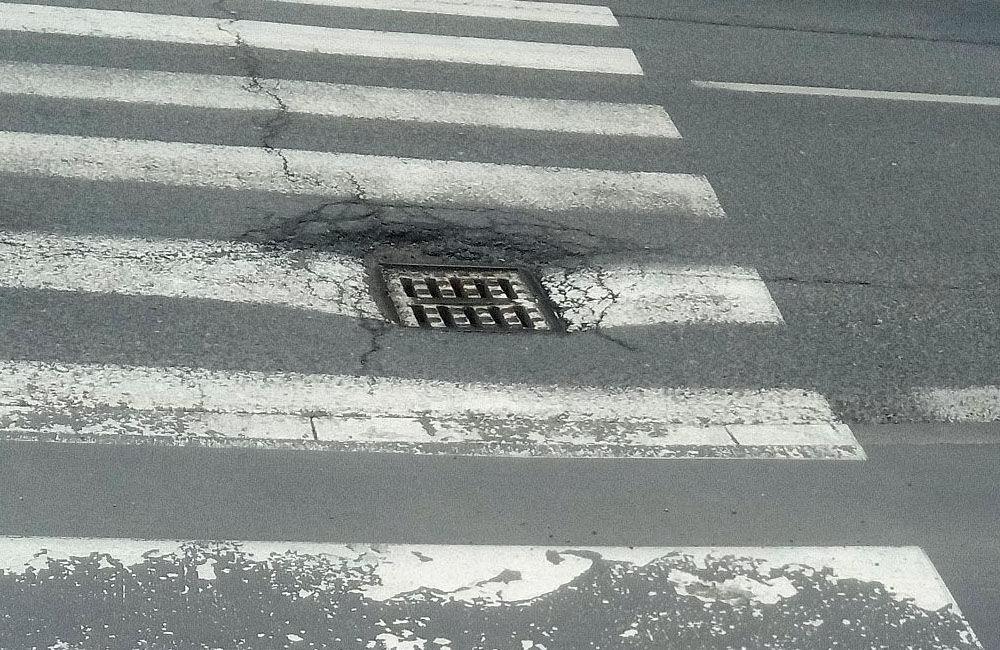 FOTO: Na cestách v Žiline pribúdajú prepadnuté kanalizačné poklopy, pri náraze hrozí poškodenie auta, foto 5