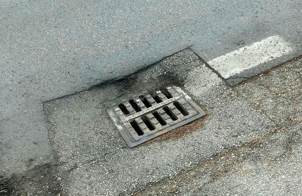 FOTO: Na cestách v Žiline pribúdajú prepadnuté kanalizačné poklopy, pri náraze hrozí poškodenie auta, foto 6