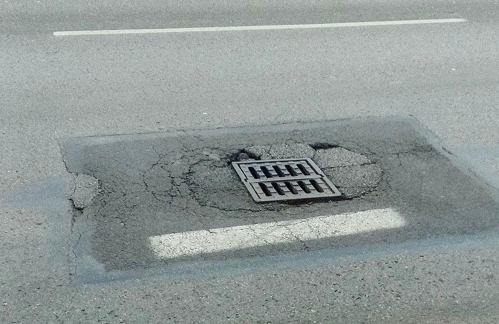 FOTO: Na cestách v Žiline pribúdajú prepadnuté kanalizačné poklopy, pri náraze hrozí poškodenie auta, foto 7
