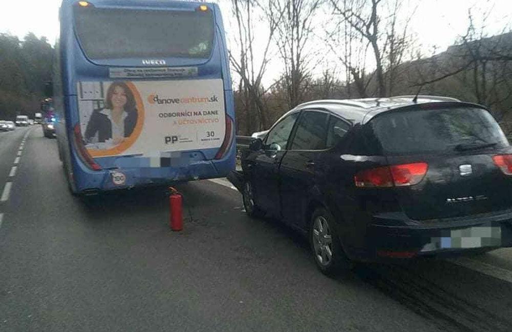 FOTO: Pri Kysuckom Lieskovci došlo k zrážke osobného auta s autobusom, tvoria sa rozsiahle kolóny, foto 4
