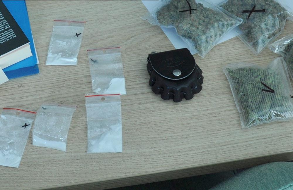 FOTO: Polícia zaistila počas razie veľké množstvo marihuany aj kokaín, zadržaný bol 29-ročný muž, foto 2