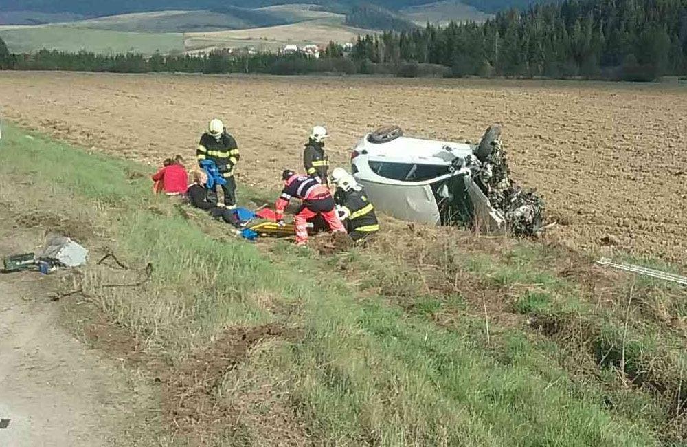 FOTO: Na Orave došlo k zrážke dvoch osobných áut, zranilo sa sedem osôb, zasahuje vrtuľník, foto 1