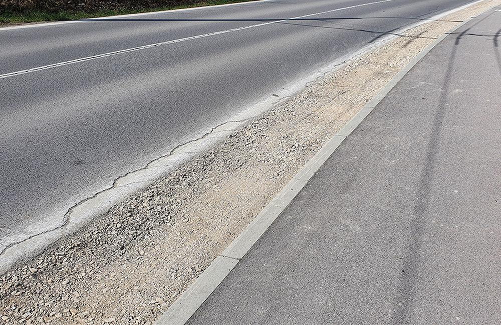 FOTO: Podmytú krajnicu na ceste medzi Vlčincami a Solinkami zasypali, popraskaná vozovka zostala, foto 2