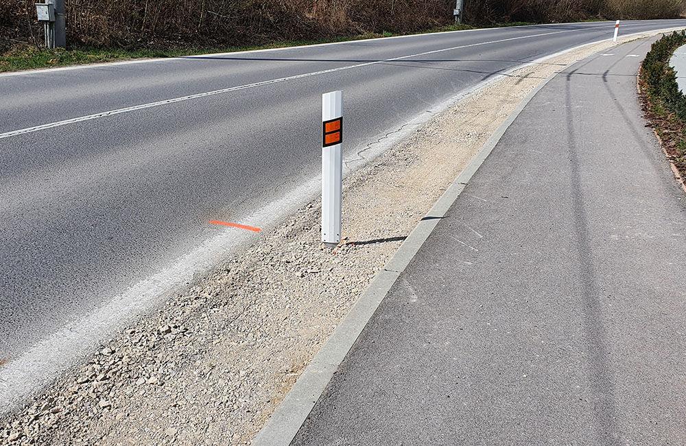 FOTO: Podmytú krajnicu na ceste medzi Vlčincami a Solinkami zasypali, popraskaná vozovka zostala, foto 1