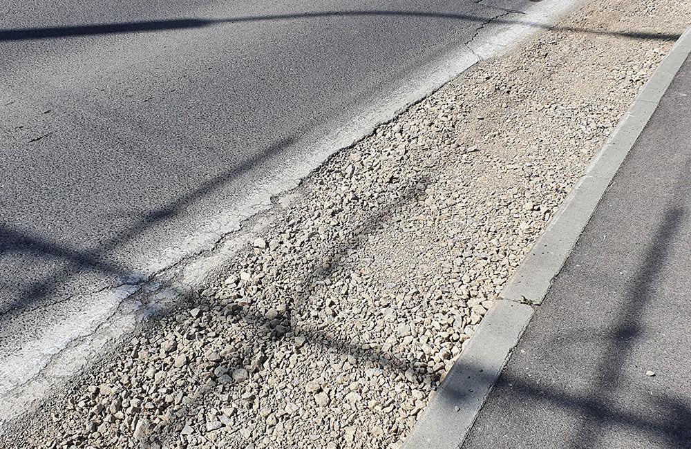 FOTO: Podmytú krajnicu na ceste medzi Vlčincami a Solinkami zasypali, popraskaná vozovka zostala, foto 4