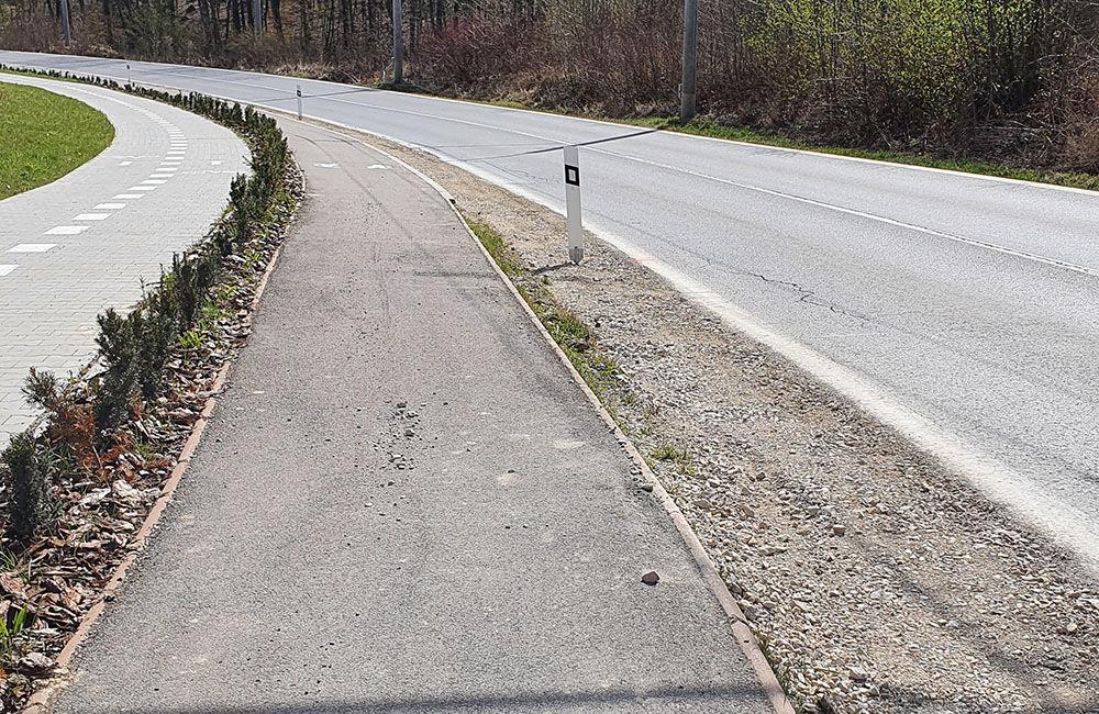 FOTO: Podmytú krajnicu na ceste medzi Vlčincami a Solinkami zasypali, popraskaná vozovka zostala, foto 7
