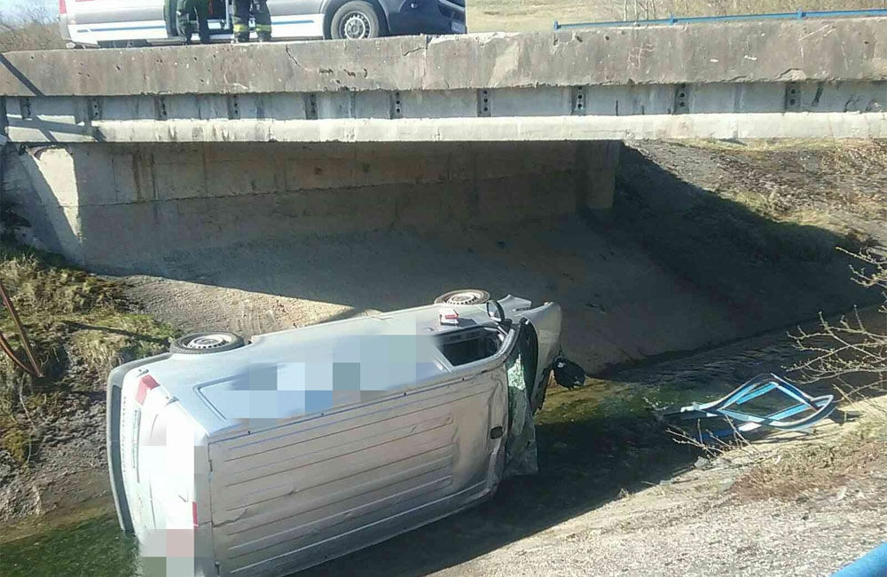 FOTO: V obci Liptovský Trnovec spadlo auto z mosta do potoka, pri nehode uniklo z motora 6 litrov oleja, foto 1