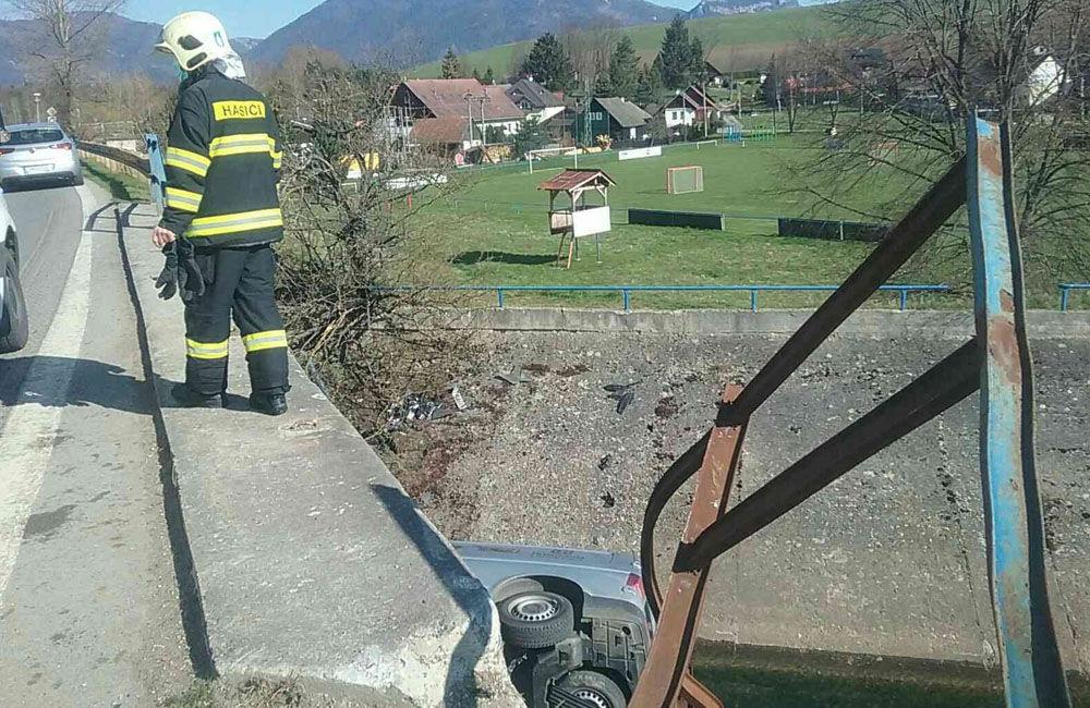 FOTO: V obci Liptovský Trnovec spadlo auto z mosta do potoka, pri nehode uniklo z motora 6 litrov oleja, foto 2