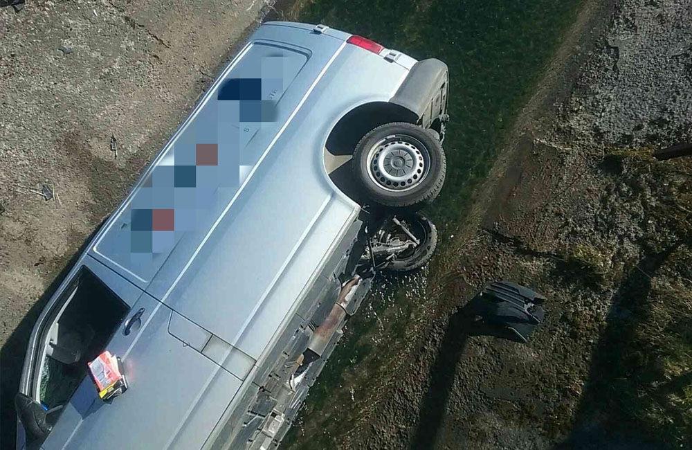FOTO: V obci Liptovský Trnovec spadlo auto z mosta do potoka, pri nehode uniklo z motora 6 litrov oleja, foto 3