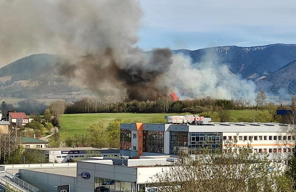 FOTO: Les medzi Rosinou a Trnovým je v plameňoch, zasahuje množstvo hasičov, foto 1