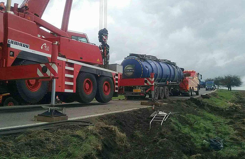 FOTO: Dopravná nehoda kamióna pri Turčianskych Tepliciach, foto 1