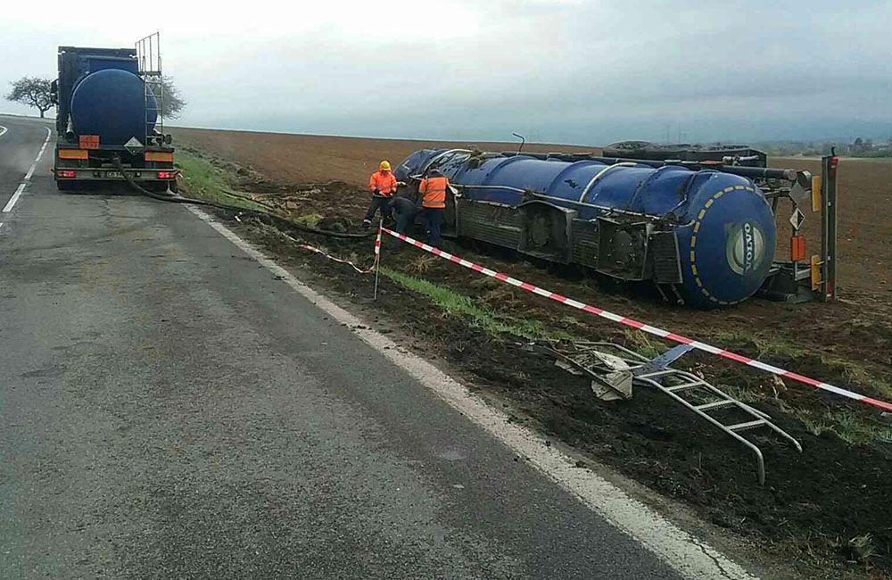 FOTO: Dopravná nehoda kamióna pri Turčianskych Tepliciach, foto 2
