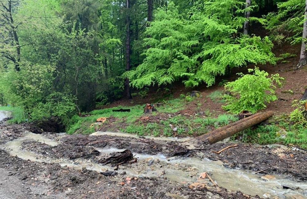 FOTO: Následky daždivého počasia odstraňovali hasiči aj v obci Ochodnica, foto 2