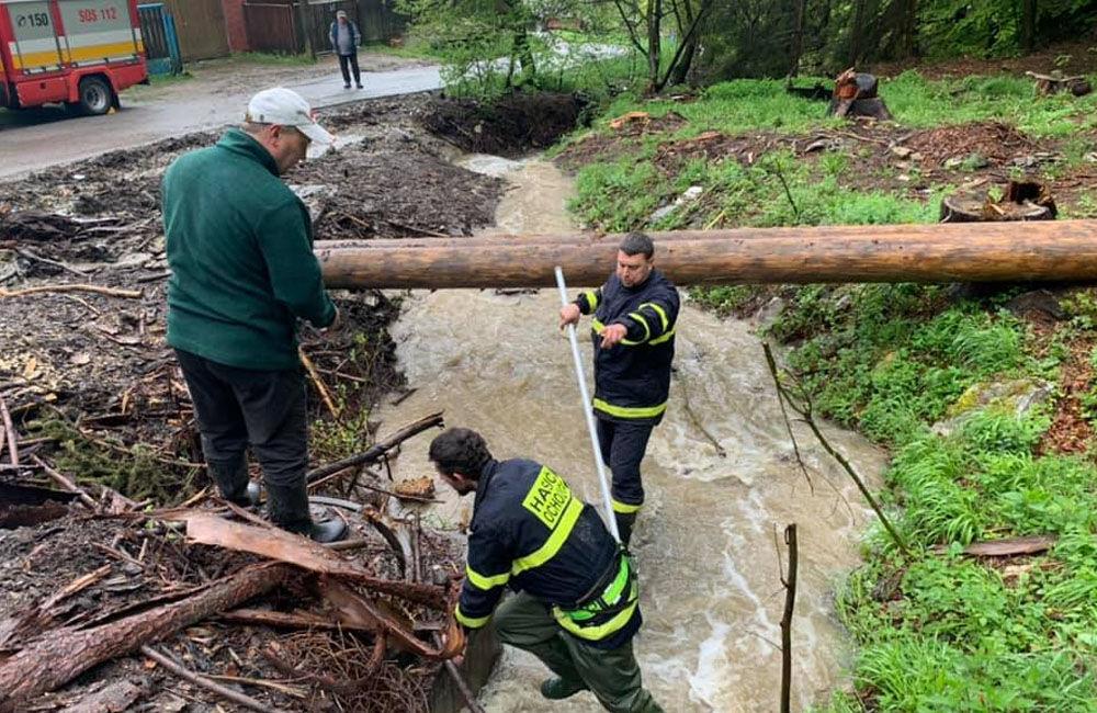 FOTO: Následky daždivého počasia odstraňovali hasiči aj v obci Ochodnica, foto 3