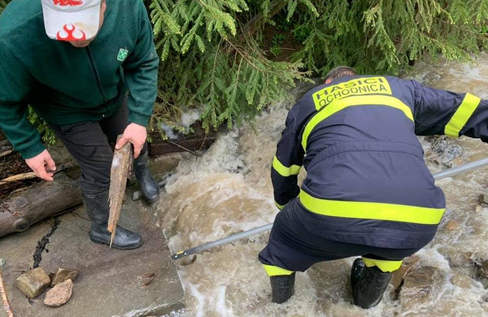 FOTO: Následky daždivého počasia odstraňovali hasiči aj v obci Ochodnica, foto 4