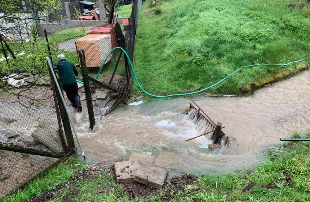 FOTO: Následky daždivého počasia odstraňovali hasiči aj v obci Ochodnica, foto 5