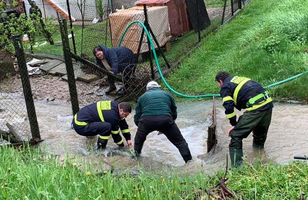 FOTO: Následky daždivého počasia odstraňovali hasiči aj v obci Ochodnica, foto 6