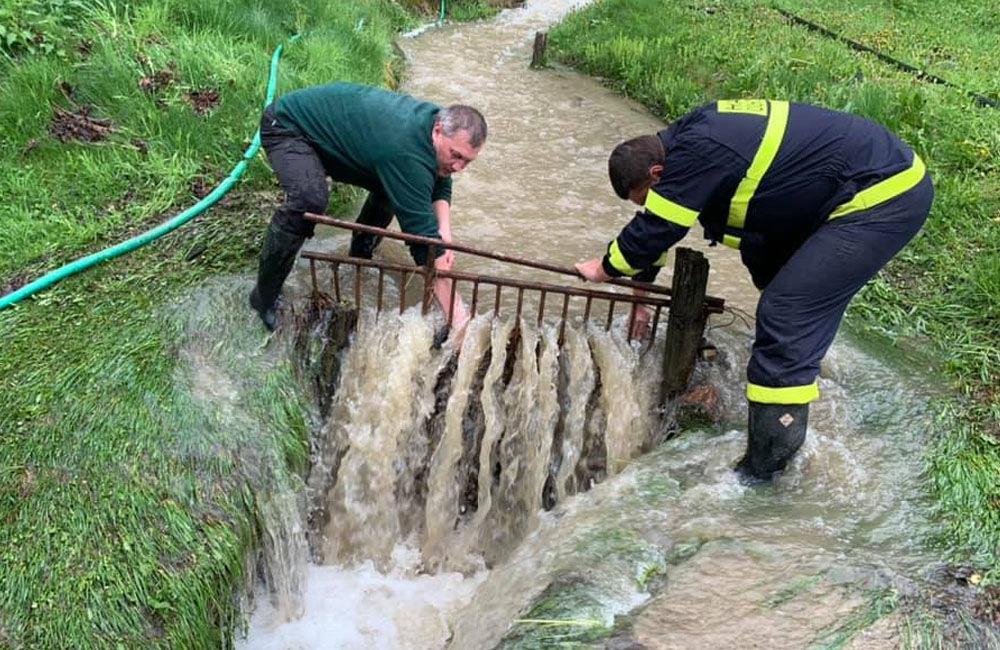 FOTO: Následky daždivého počasia odstraňovali hasiči aj v obci Ochodnica, foto 7