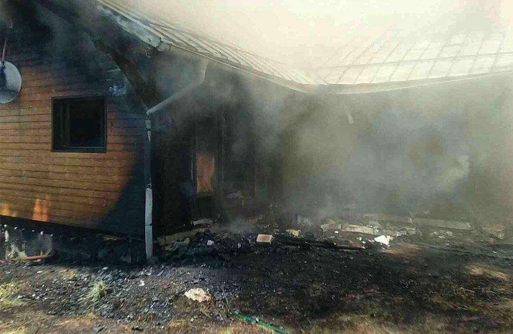 FOTO: Na Liptove horel drevodom, s hasením pomáhali aj členovia dobrovoľných hasičských zborov, foto 1