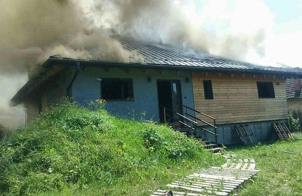 FOTO: Na Liptove horel drevodom, s hasením pomáhali aj členovia dobrovoľných hasičských zborov, foto 2