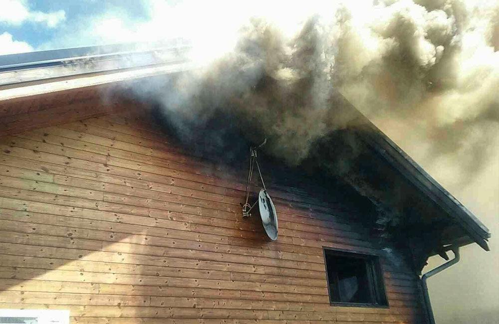 FOTO: Na Liptove horel drevodom, s hasením pomáhali aj členovia dobrovoľných hasičských zborov, foto 3