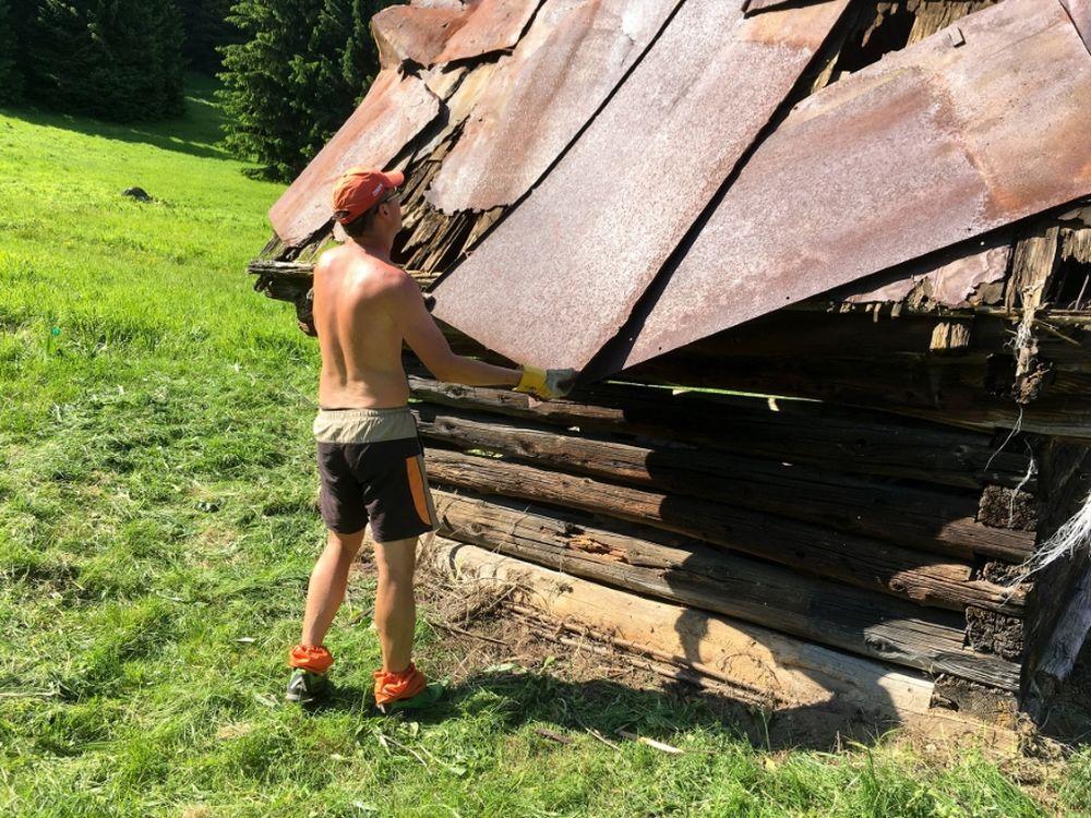 FOTO: Dobrovoľníci opravili senník pod Tlstou, premenili ho na útulňu, foto 2