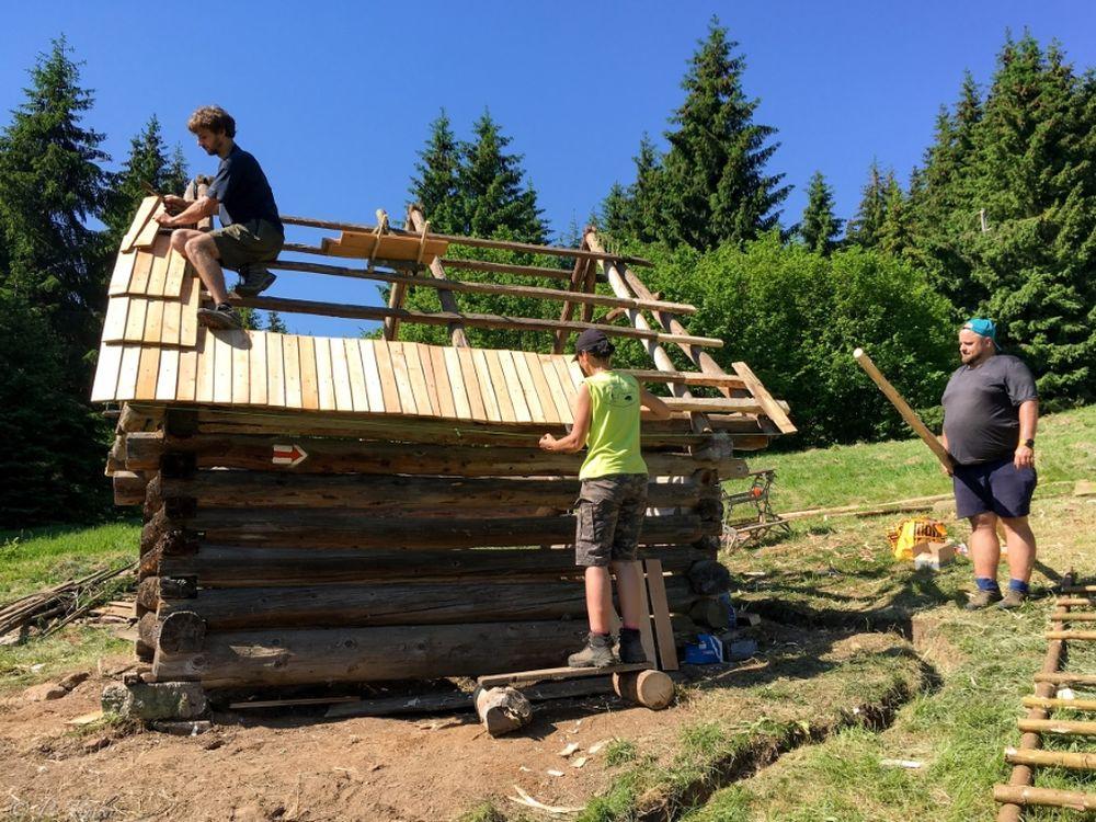 FOTO: Dobrovoľníci opravili senník pod Tlstou, premenili ho na útulňu, foto 5