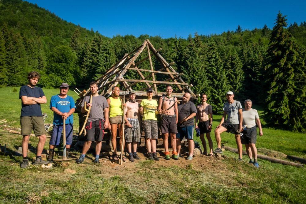 FOTO: Dobrovoľníci opravili senník pod Tlstou, premenili ho na útulňu, foto 7