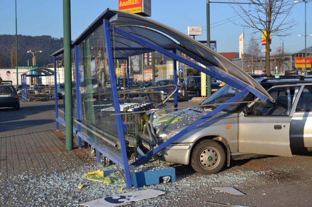 Dopravná nehoda na Vlčincoch pri obchodnom centre Dubeň, foto 1