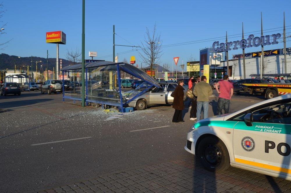 Dopravná nehoda na Vlčincoch pri obchodnom centre Dubeň, foto 2