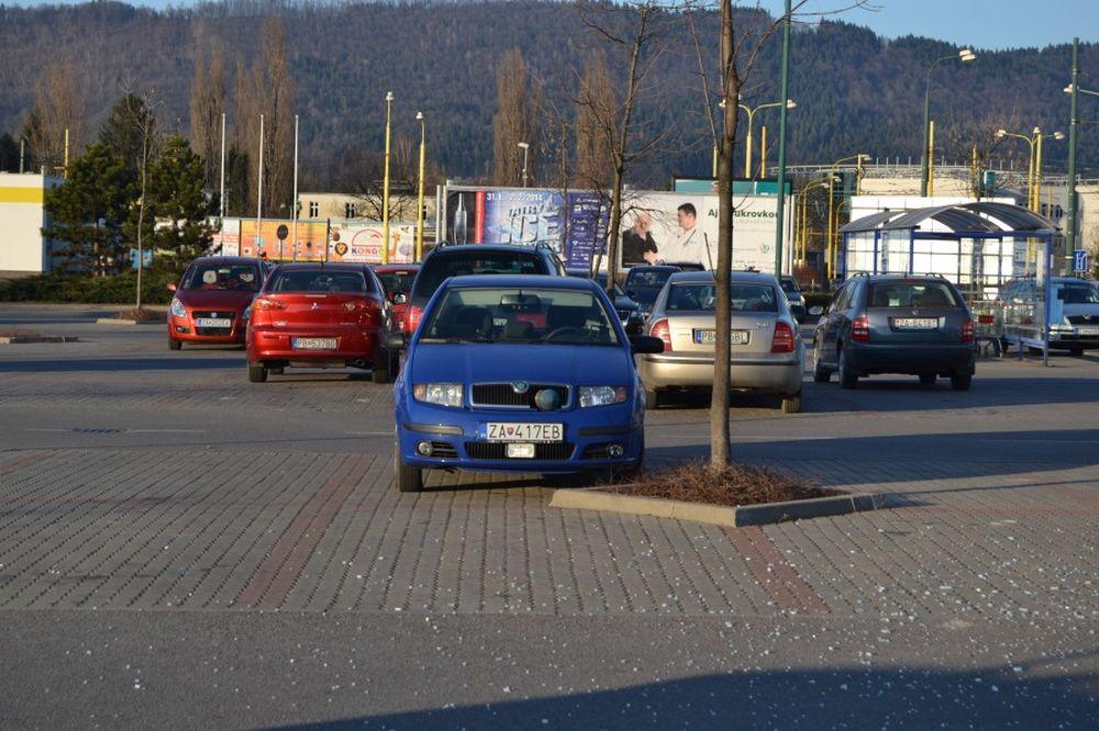 Dopravná nehoda na Vlčincoch pri obchodnom centre Dubeň, foto 3
