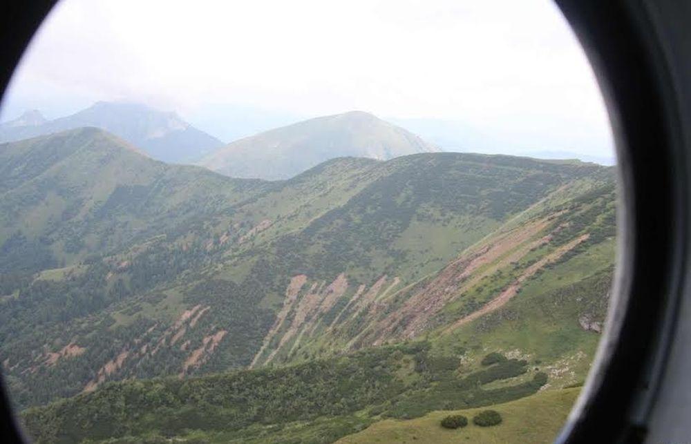 Letecké zábery z Vrátnej doliny - z kopcov strhlo povrchové vrstvy, foto 1